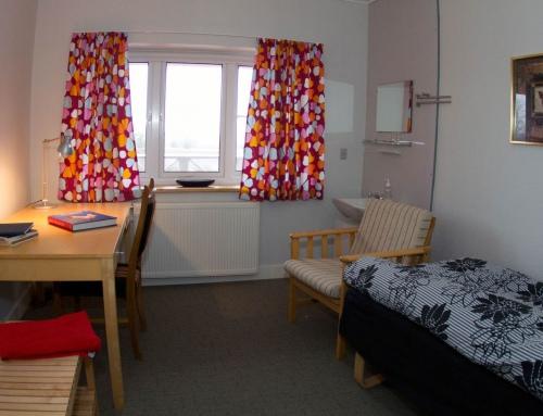 Eenpersoonskamers met badkamer en toilet op de gang