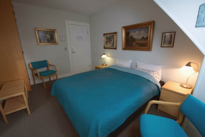 Familieværelse med privat bad og toilet på gangen
